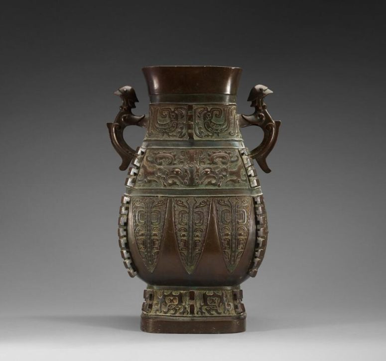 Urn. Made in bronze. Probably the Ming dynasty.